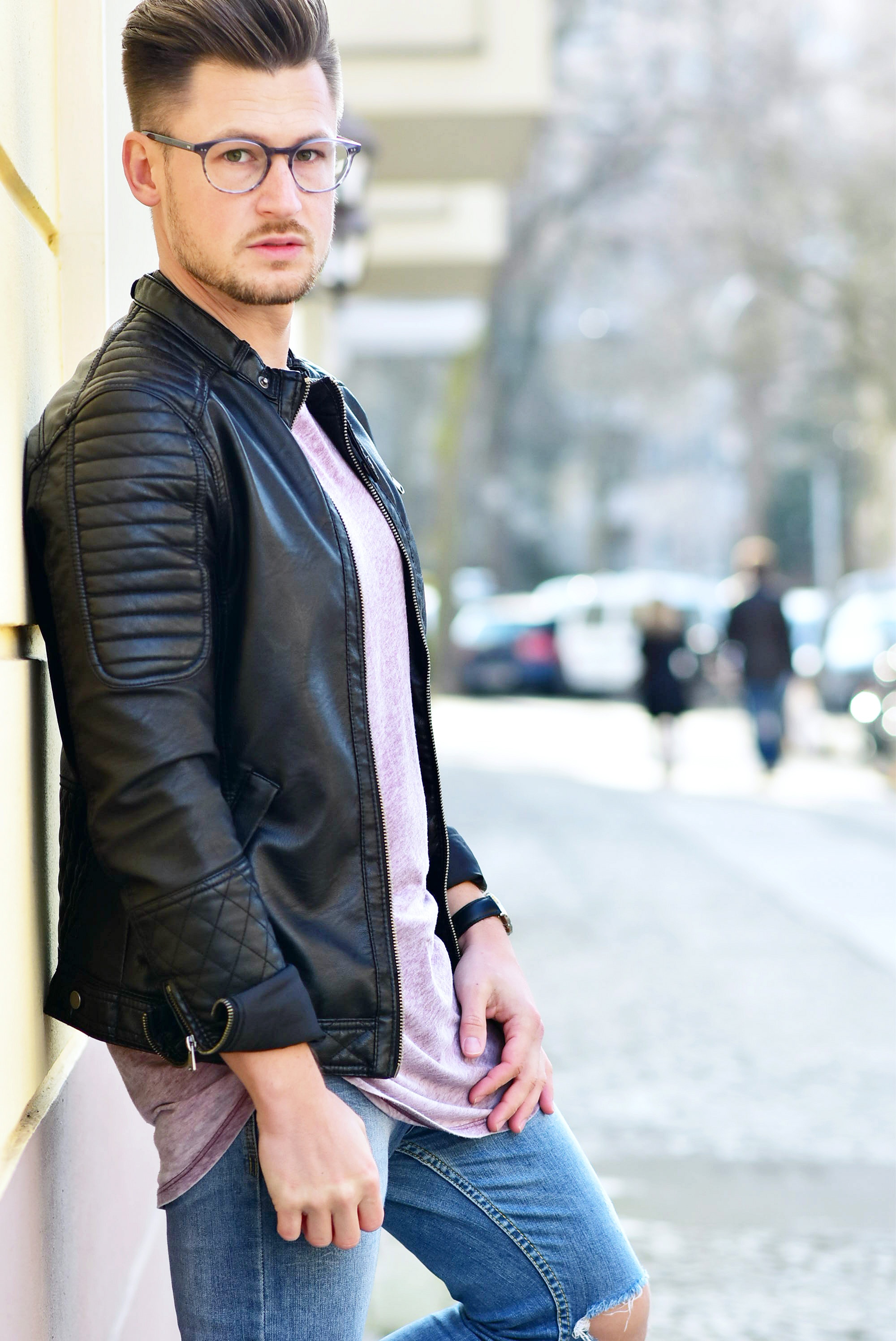 Tommeezjerry-Styleblog-Männerblog-Modeblog-Berlin-Outfit-Casual-Streetlook-Ripped-Jeans-Lederjacke-Bikerjacke-Weiße-Sneaker