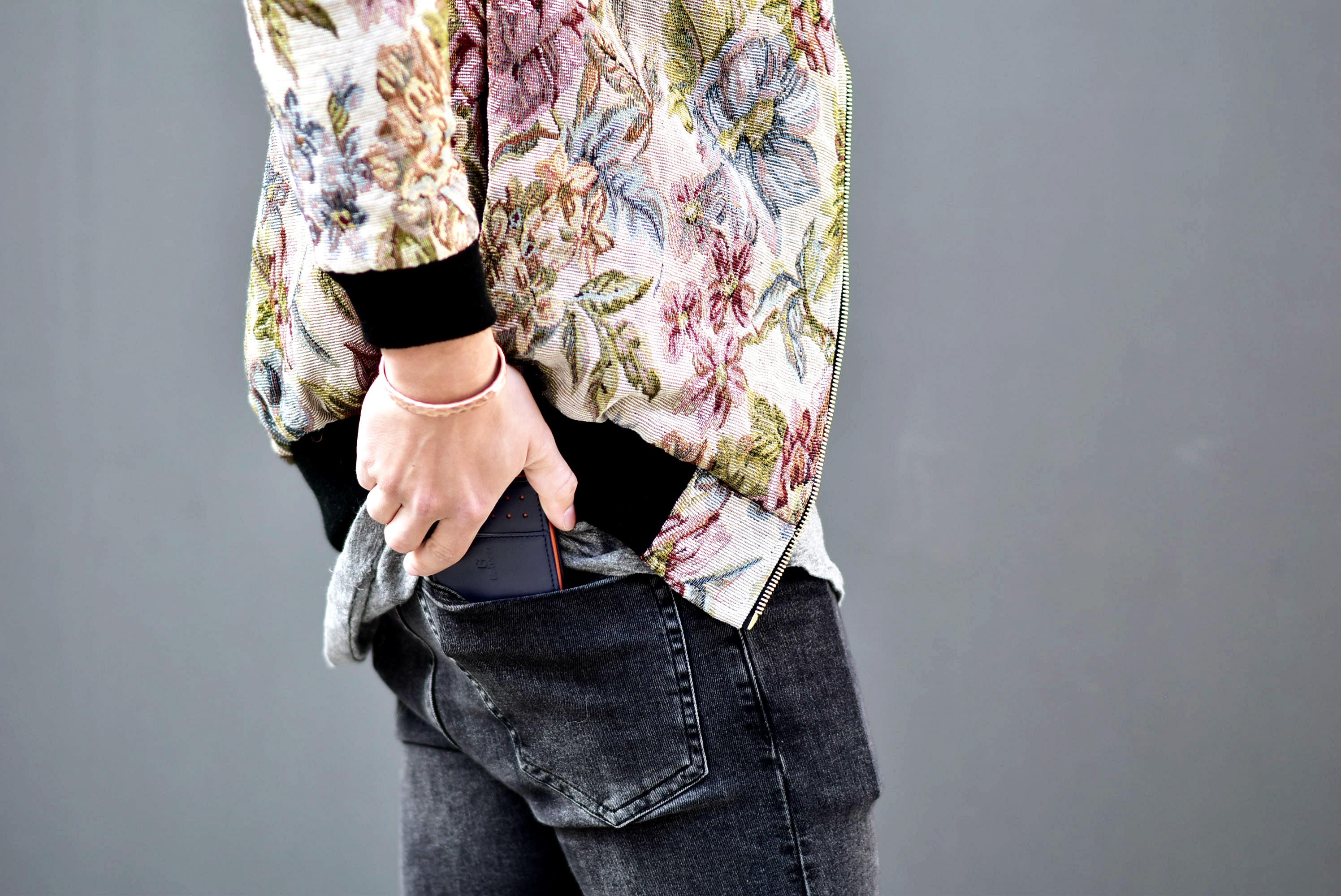 Tommeezjerry-Styleblog-Männerblog-Männer-Modeblog-Berlin-Berlinblog-Outfit-Streetlook-Bomberjacke-Vintage-Graues-Shirt-Skinny-Jeans-Sonnenbrille-Vintagelook