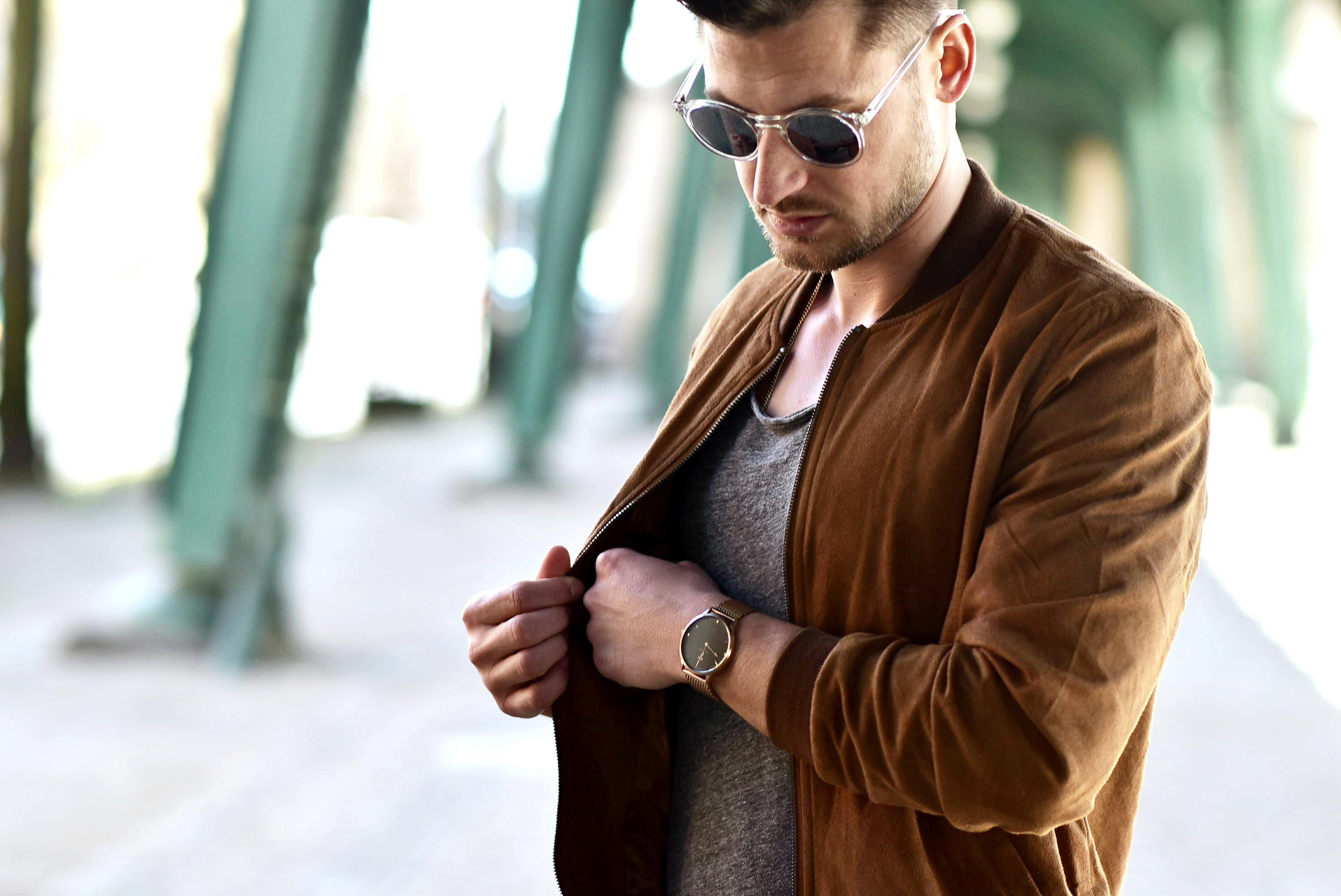 Tommeezjerry-Styleblog-Männerblog-Modeblog-Berlin-Berlinblog-Outfit-Streetlook-Velourslederoptik-Veloursbomberjacke-Bomberjacke-Skinny-Jeans-Chelseaboots-Sonnenbrille-Graues-Shirt.jpg