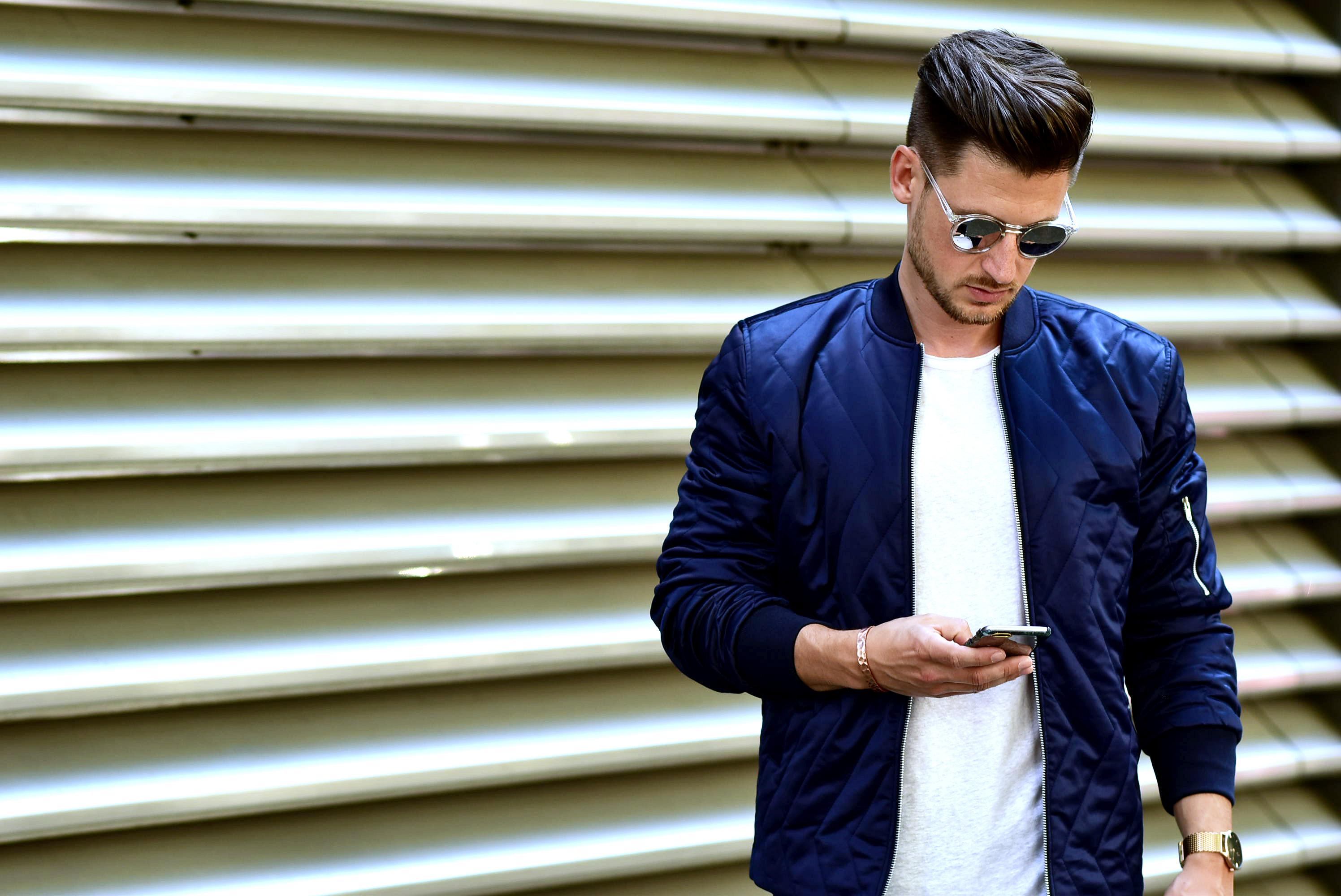 Tommeezjerry-Styleblog-Männerblog-Modeblog-Berlin-Berlinblog-Outfit-Streetlook-Zickzack-Seidigebomberjacke-Bomberjacke-Skinny-Jeans-Adidas-Superstar-Weißes-Shirt-Sonnenbrille-Close-Up