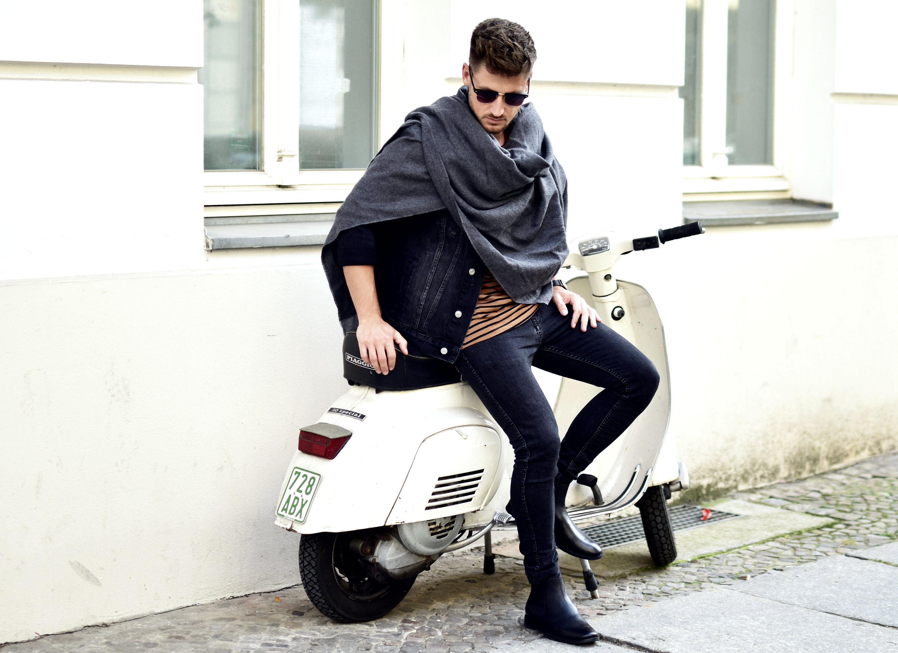 tommeezjerry-styleblog-maennerblog-maenner-modeblog-berlin-berlinblog-maennermodeblog-outfit-herbstlook-autumnlook-all-black-chelsea-boots-poncho-Sieger