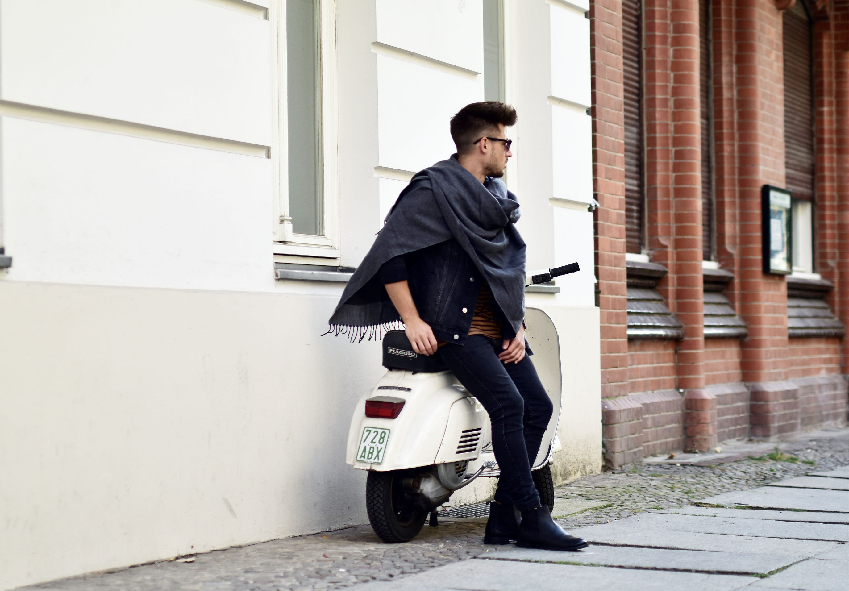 tommeezjerry-styleblog-maennerblog-maenner-modeblog-berlin-berlinblog-maennermodeblog-outfit-herbstlook-autumnlook-all-black-chelsea-boots-poncho-Sieger