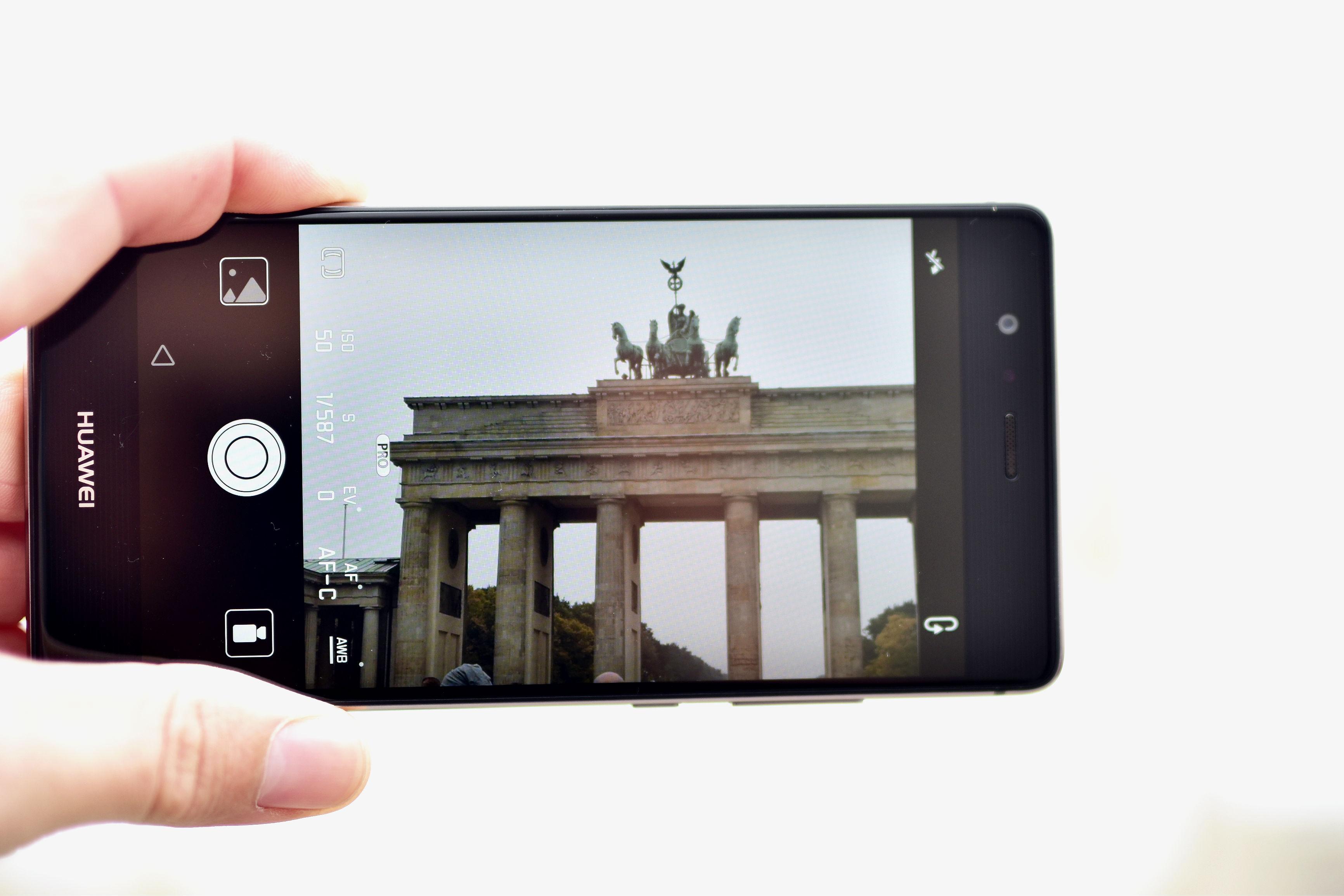 tommeezjerry-styleblog-maennerblog-maenner-modeblog-berlin-berlinblog-maennermodeblog-outfit-huawei-p9-smartphone-handy-trenchcoat-allblack-bruno-banani-streetstyelook-